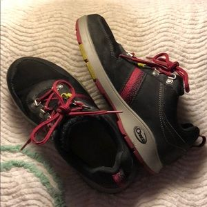 Black and red Chaco size 8 hiking shoes.